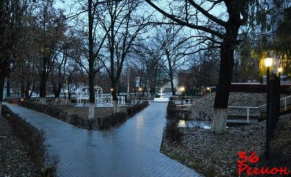Осенний парк за мемориалом Славы