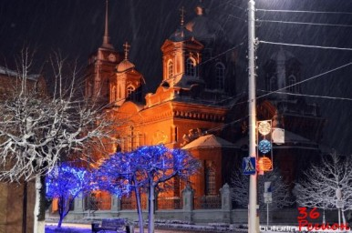 Въезд на площадь Воли в Бутурлиновке. Фото ночью